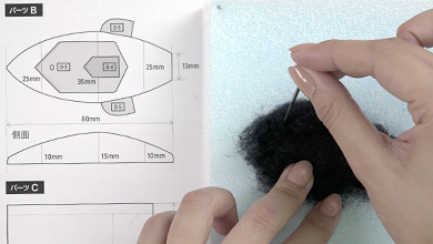 Tear off a piece of black sheet felt one size bigger than pattern B and form the shape while poking with a needle.