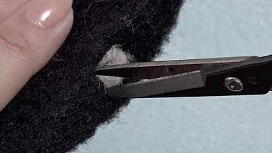 Use scissors to cut a rectangle of approx. 8×10mm and a depth of 3mm in the centre of the back.