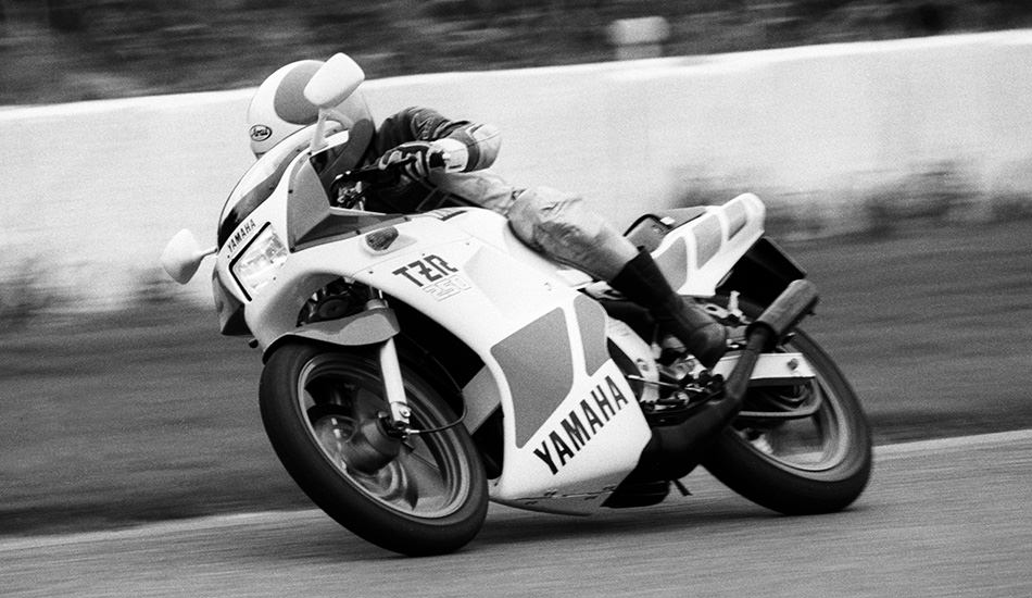 Ken Nemoto test-riding the TZR250. He stated that its ride character strongly resembled that of the YZR500 race machine (1981)