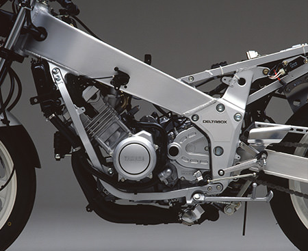 While the FZR400R used the same engine as the FZR400, it boasted lightened pistons, an added friction plate for the clutch, a close-ratio transmission with the same spec as the one supplied in the All Japan TT-F3 (Formula 3) racing kit and more.