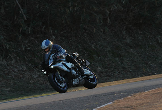 Ken Nemoto beginning his test-ride on the YZF-R1M at Fukuroi Test Course